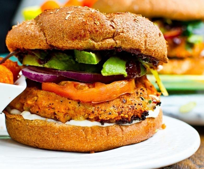 hamburguesa vegetariana con arroz, judías y camote