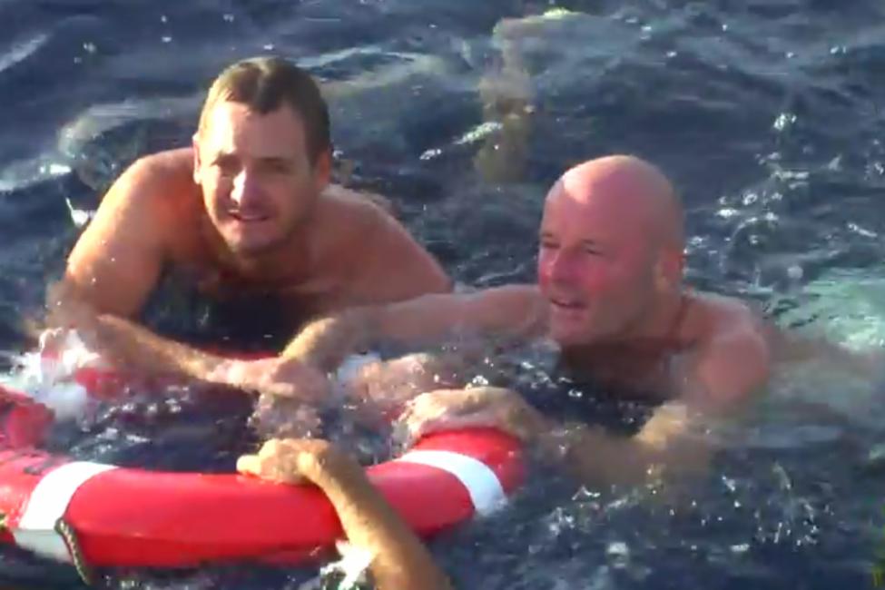 Un hombre sobrevivió 28 horas nadando entre tiburones y medusas- historia Brett