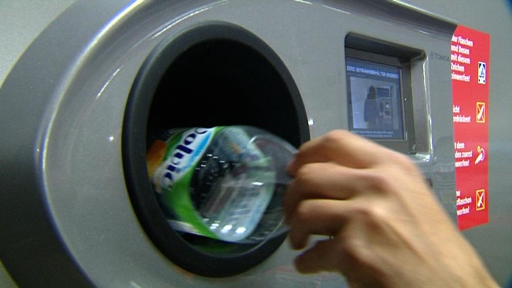 entrada al cine con una botella de plástico o una lata