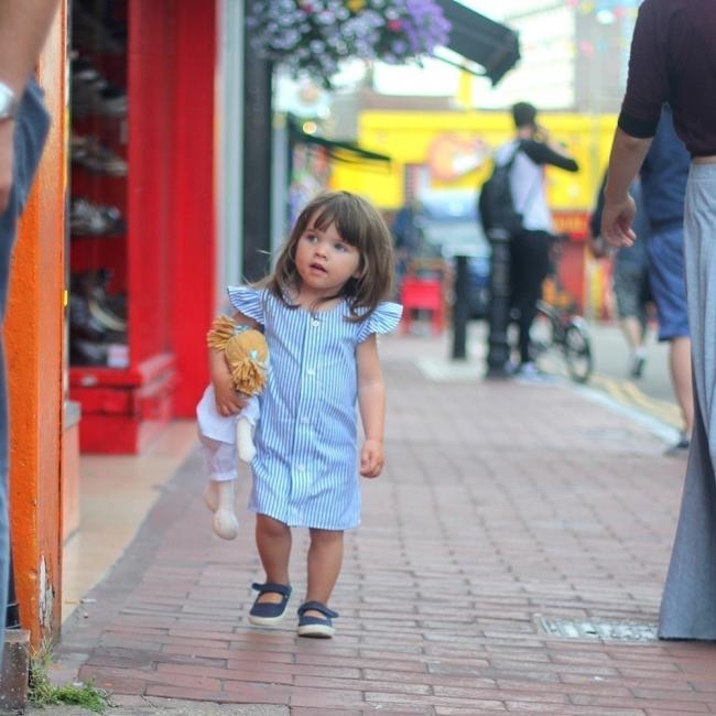 convertir una vieja camisa en un vestido de niña-