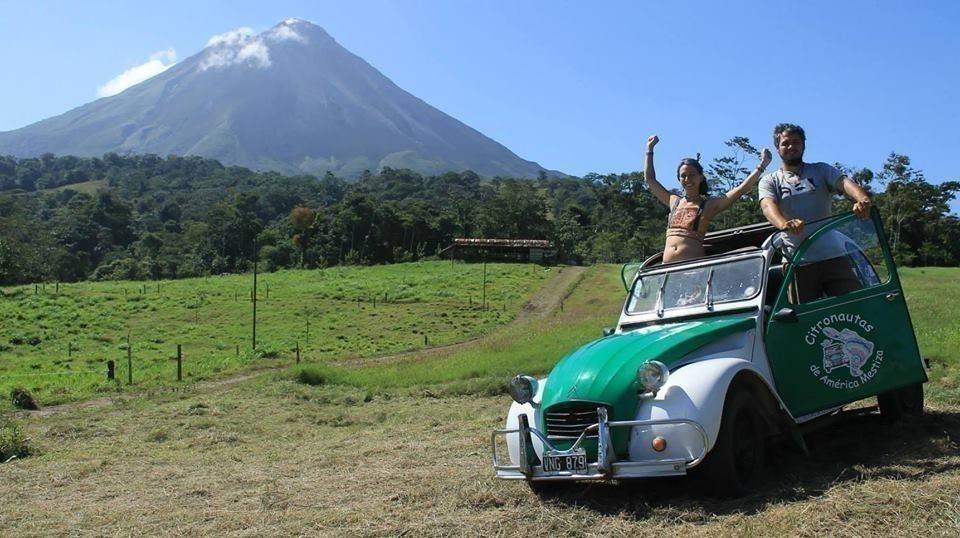 pareja que recorre Latinoamérica en un auto antiguo