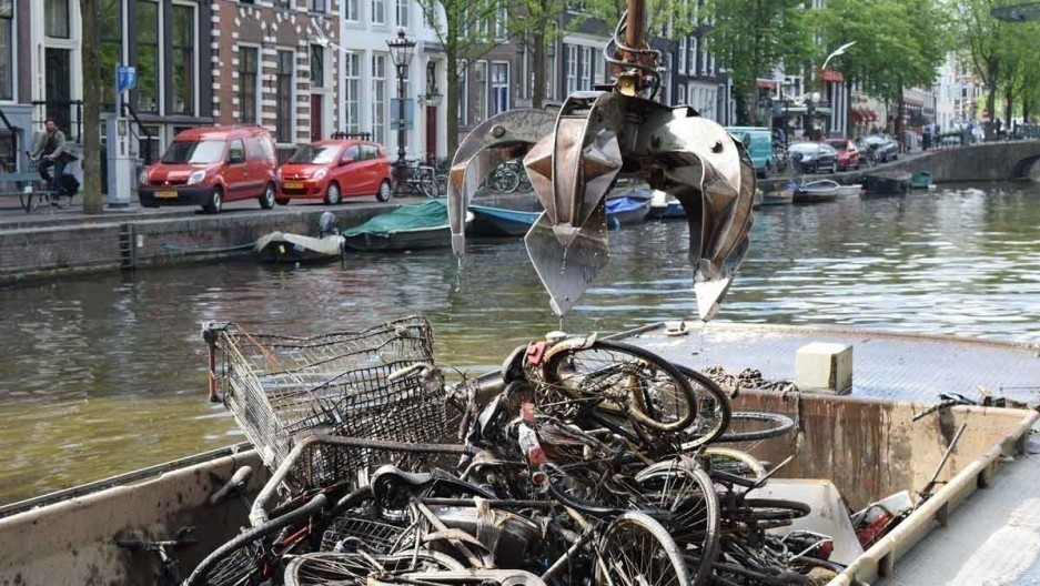 Bicicletas en ámsterdam - grúa recoge bicicletas canales