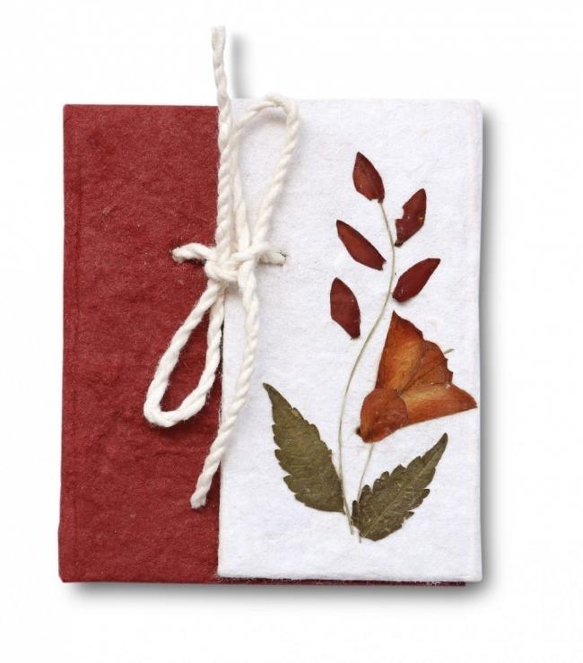 cuaderno con hojas y flores secas