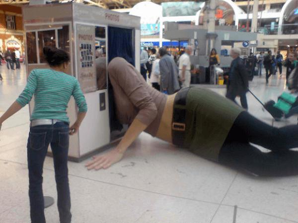 Mujer Gigante Mentir en un Photo Booth, Londres, Inglaterra