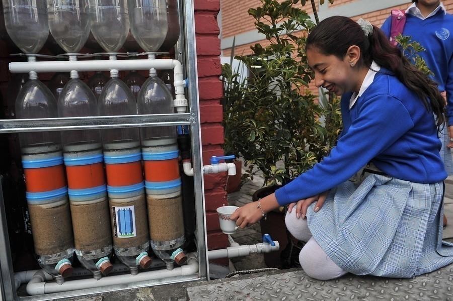 pared recolectora de agua de lluvia con botellas de plástico- filtro