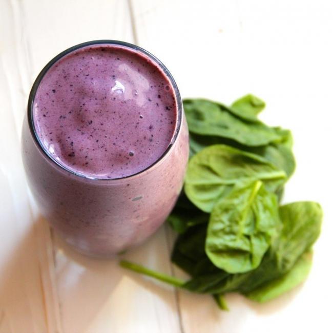Recetas para bajar de peso y renovar tu energía - batido de espinaca y arándanos