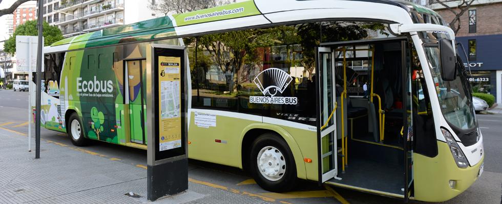 Ecobus, una unidad que cuenta con  dos motores -uno eléctrico y otro diesel- y que, en seis meses, reduce la emisión de dióxido de carbono en una cantidad equivalente a la que absorben 500 árboles
