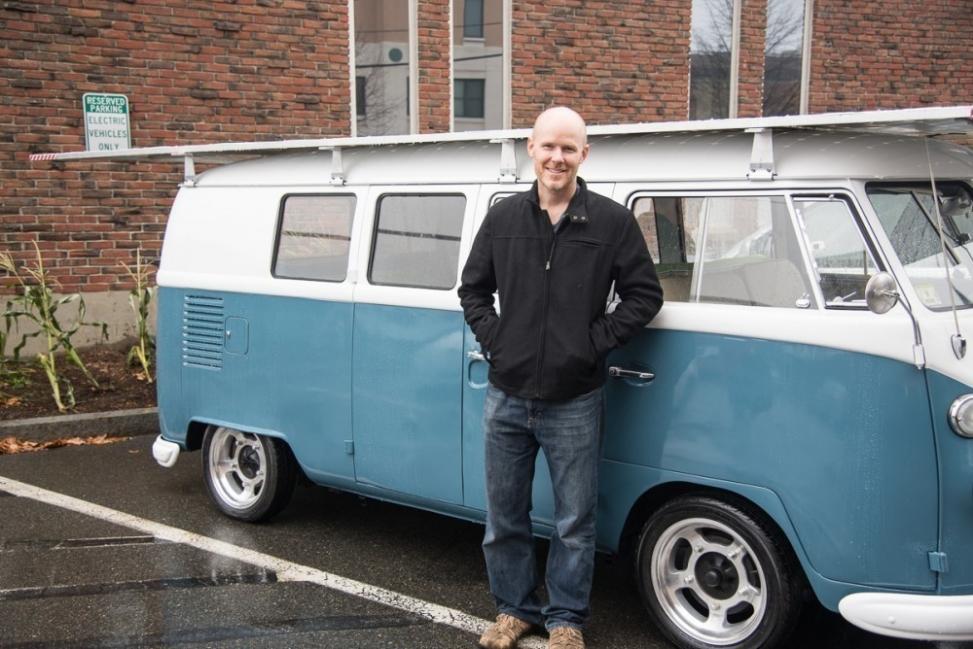 Camioneta Volkswagen de 1966 a energía solar - dueño