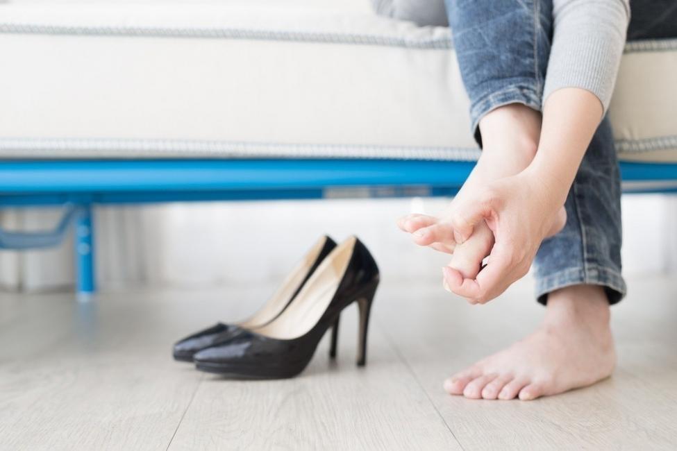 Mujer con comezón de pies