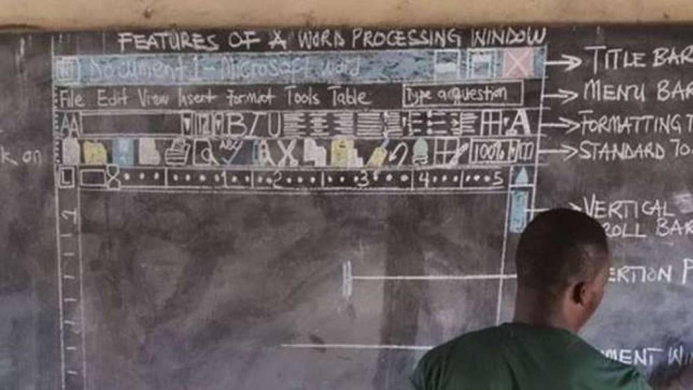 El profesor  Richard Appiah Akoto enseña el uso de Word en un pizarrón