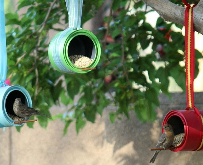 comedero para aves con latas