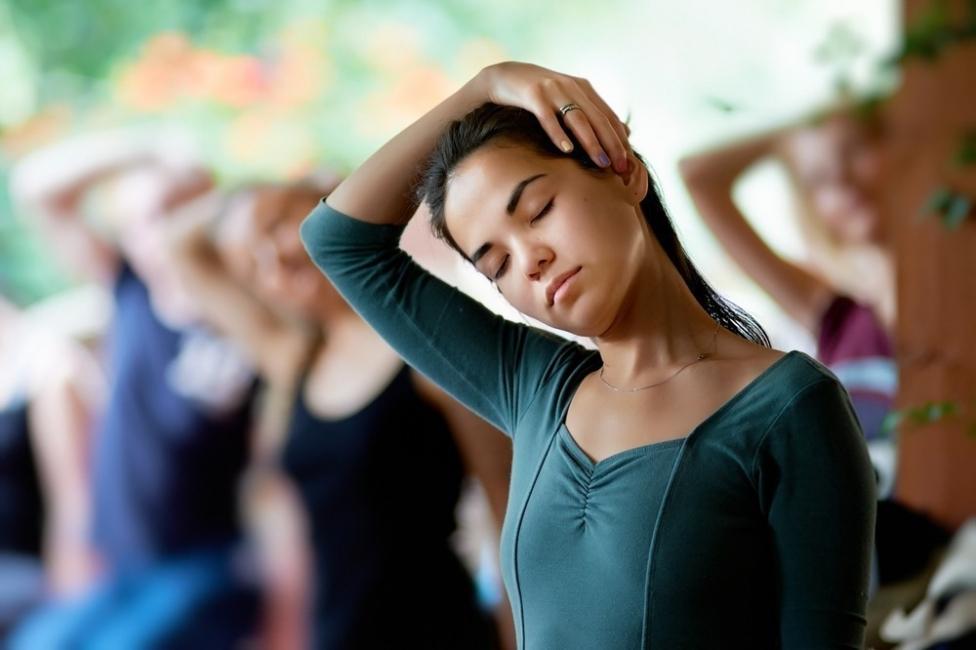Truco para aliviar el dolor de cuello y hombros- ejercicios y estiramiento
