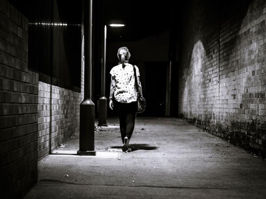 andar sola por la calle