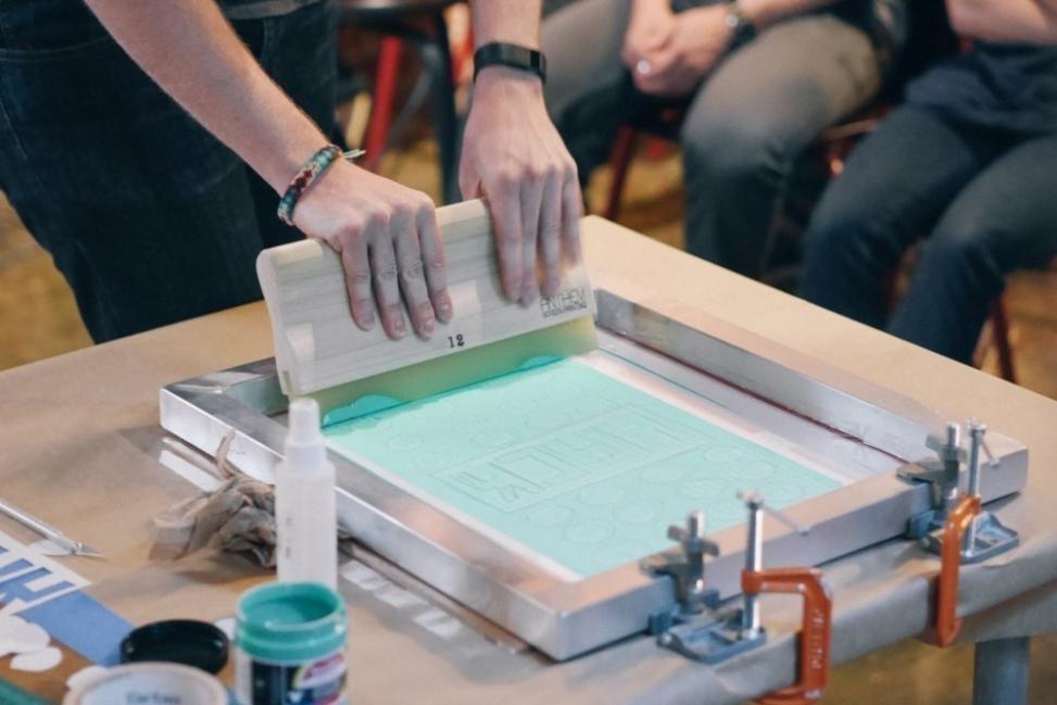 estampar tus propios diseños- esparcir pintura