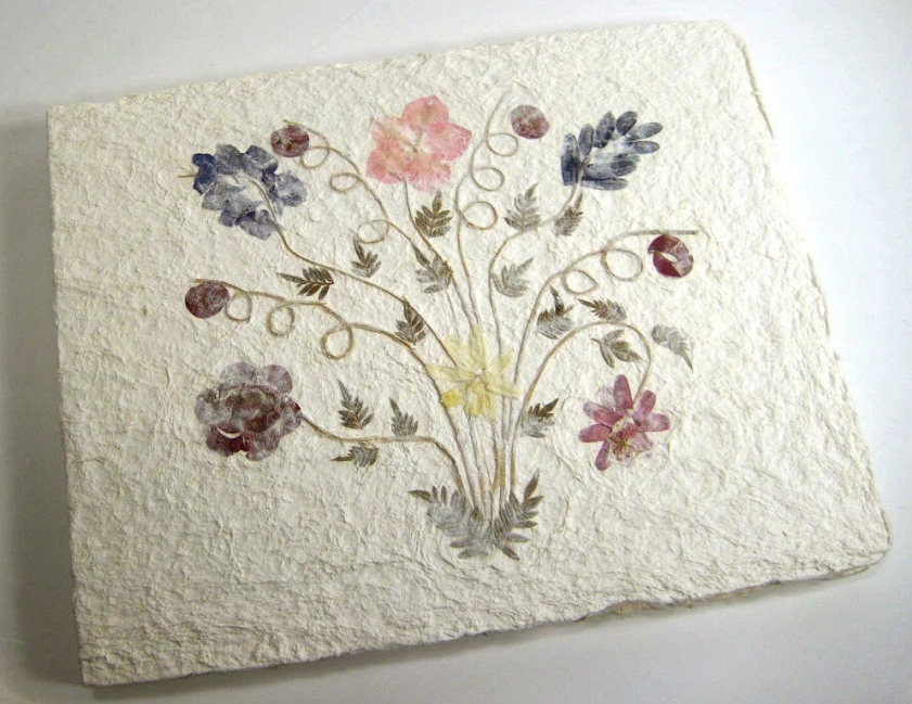 tarjetas de papel reciclado con flores secas