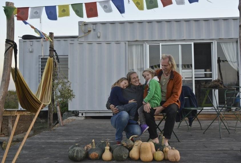 Esta pareja se animó a dejar todo para construir la casa autosustentable que siempre soñaron