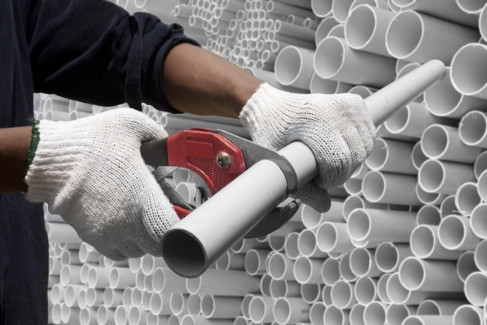 pared recolectora de agua de lluvia con botellas de plástico- cortar tubos de pvc