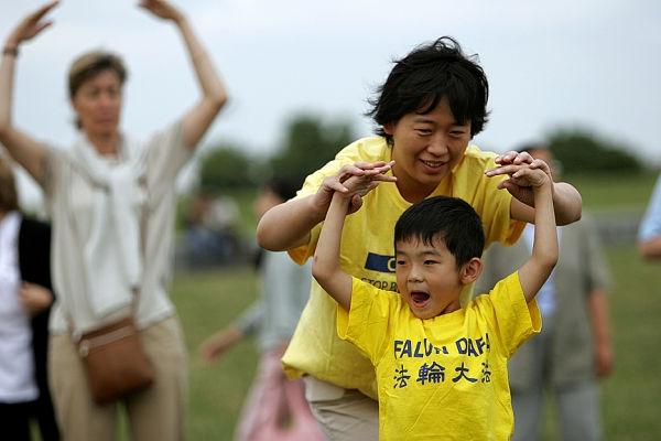Learning_the_seccond_Falun_Dafa_exercise