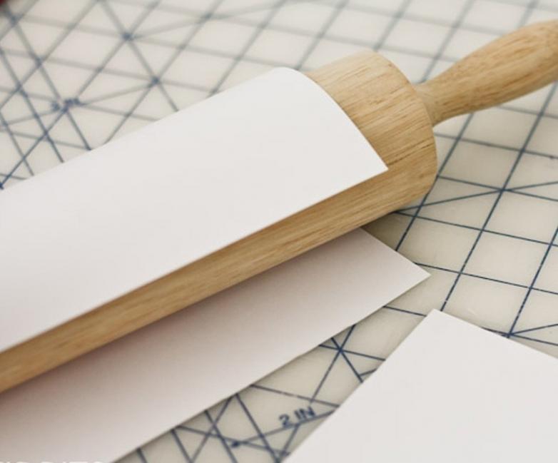 estampar una tela con un rodillo o palote de cocina