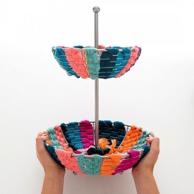 hacer un pequeño y colorido jardín para tener dentro de tu hogar- canasta forrada con telas
