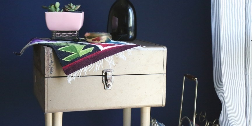 mesa de luz hecha con maleta vintage- terminada