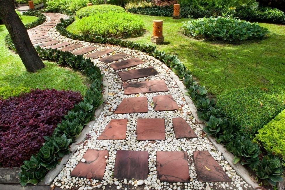 Sendero de jardín con ladrillos y piedras