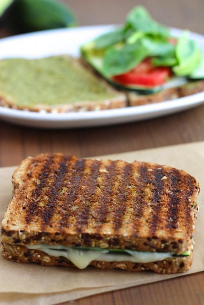 Sándwich de zucchini y aguacate con queso y pesto - armar el sándwich