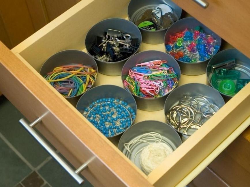 organizador de cajón con latas