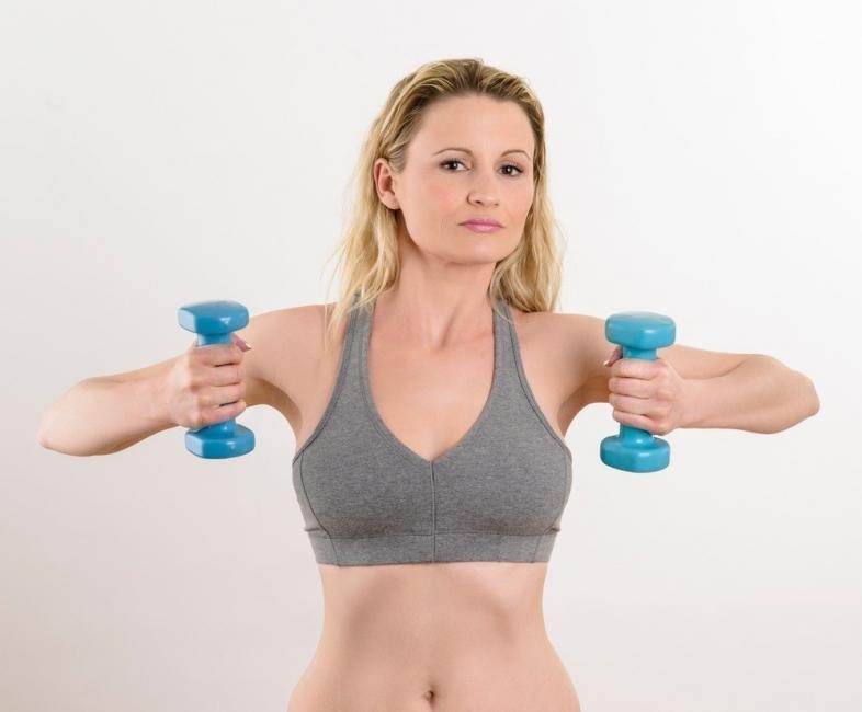 ejercicios en el gimnasio para adelgazar brazos