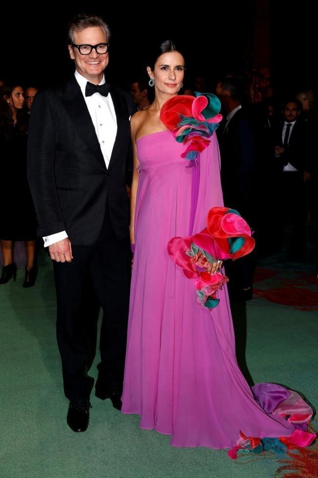Colin Firth y su esposa Livia Pose con un vestido vintage de Capucci.