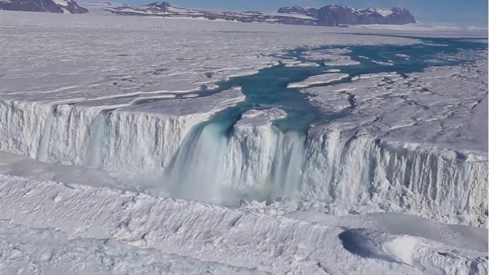 Cascada de deshielo en la Antártida