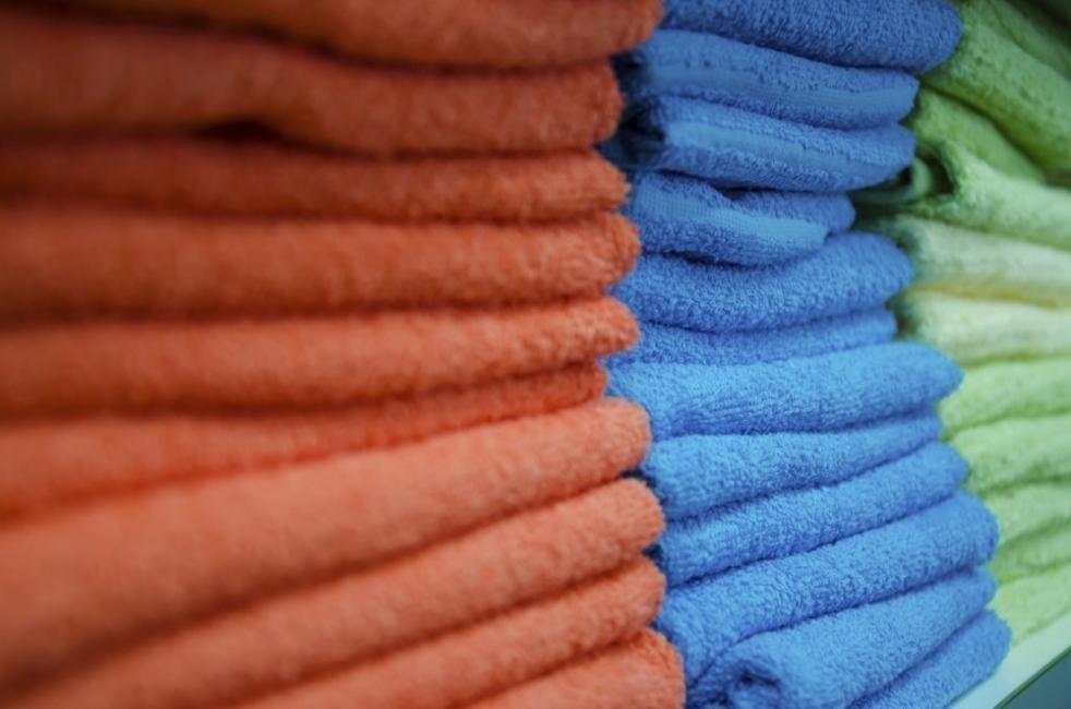cómo eliminar humedad de los armarios - toallas