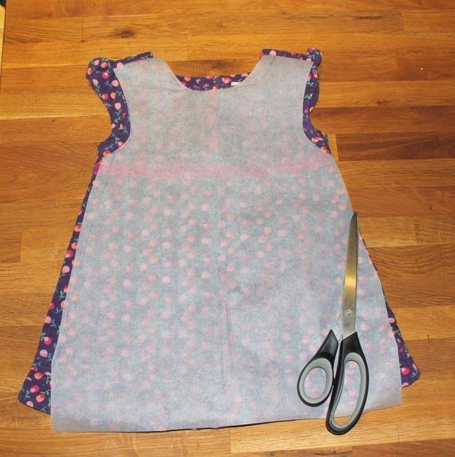 convertir una vieja camisa en un vestido de niña- molde