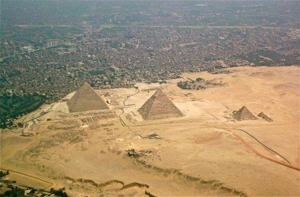 piramides-de-giza-en-egipto-y-una-vista-de-la-ciudad-730x481