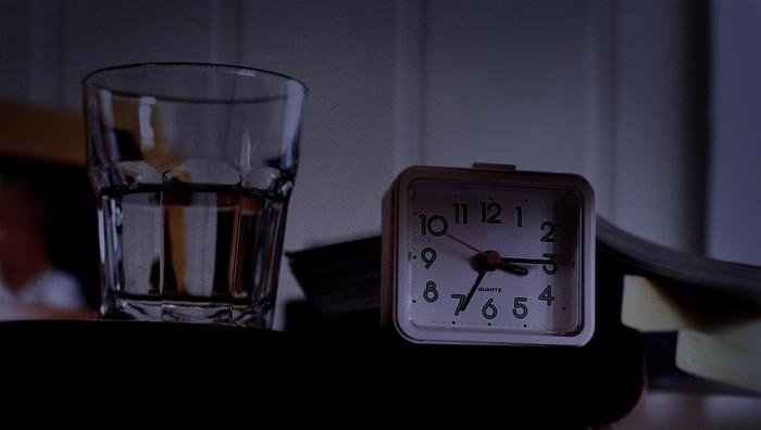 vaso de agua junto a la cama noche