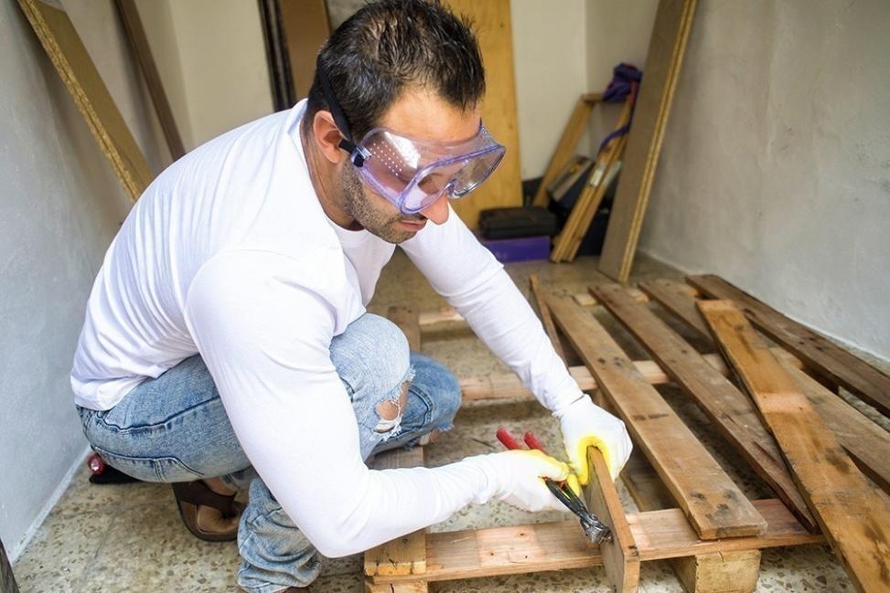 construir una casa con pallets - desarmar pallets