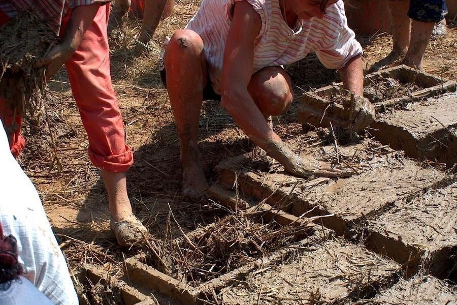 Aprueban la construcción de casas de adobe