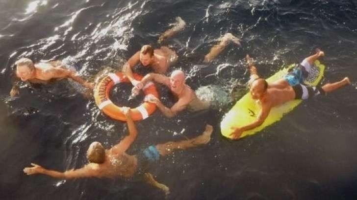 Un hombre sobrevivió 28 horas nadando entre tiburones y medusas- recate