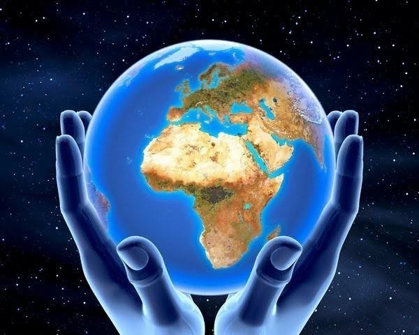 manos azules con el planeta