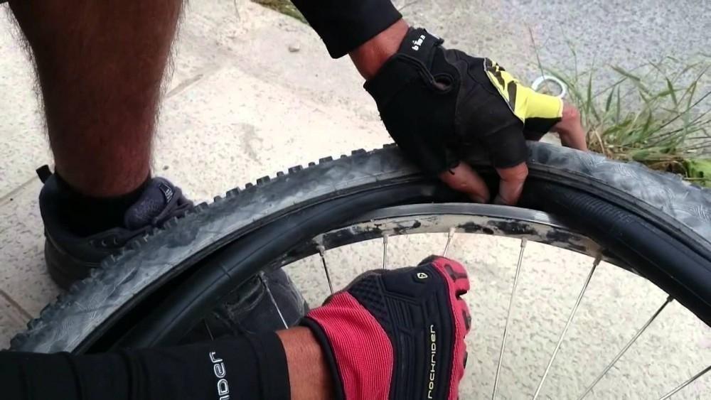 reparar una rueda pinchada de bicicleta sin parches- colocar cámara