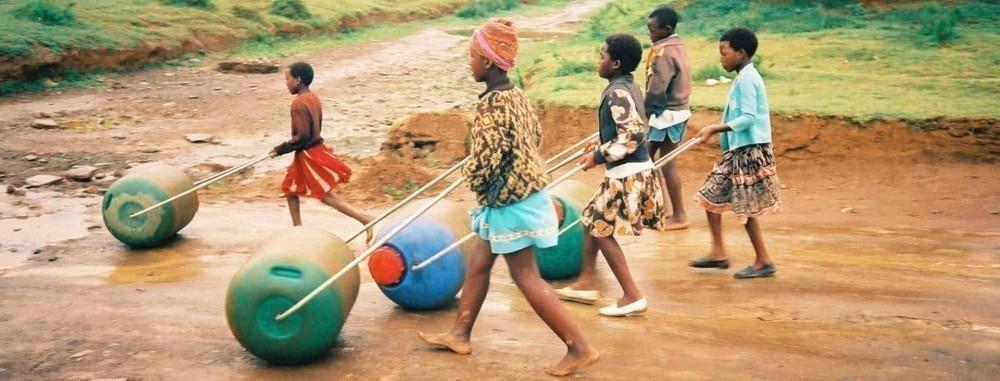 Rueda transportadora de agua - niños