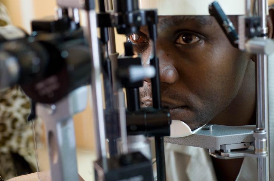 Doctores solidarios curan ceguera - examen