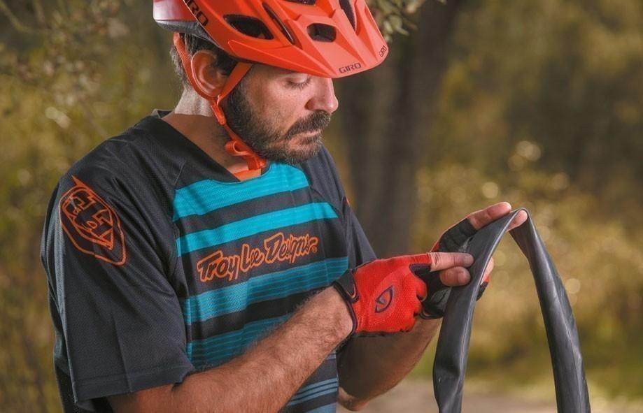 reparar una rueda pinchada de bicicleta sin parches- detectar rajadura