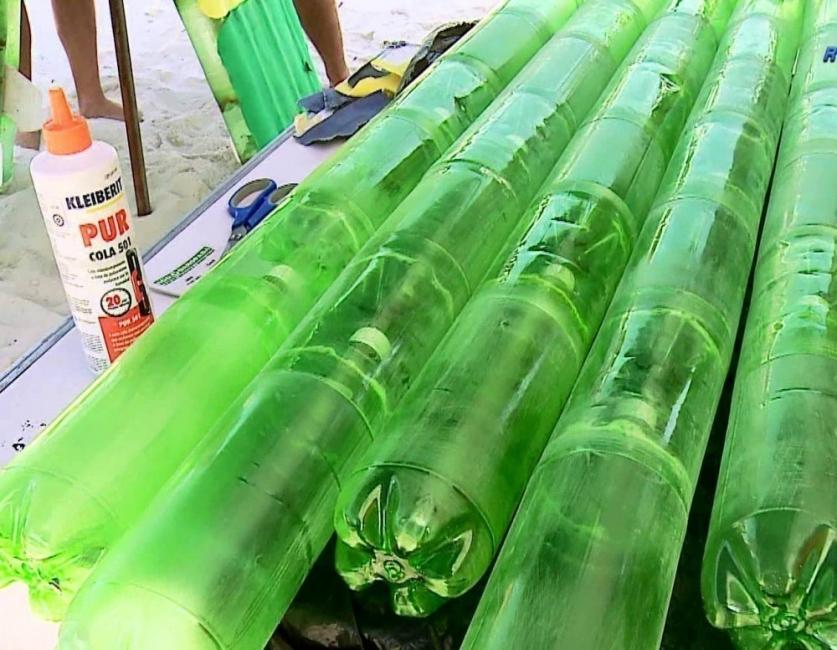 Tabla de surf con botellas de plástico - encajar botellas entre sí
