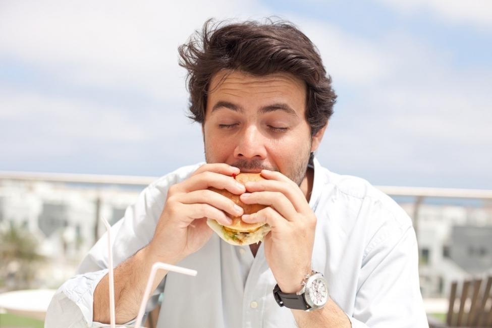 hombre de 30 años comiendo