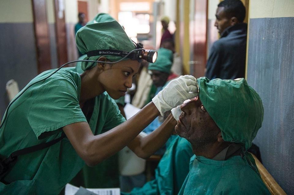 Doctores solidarios curan ceguera - curando