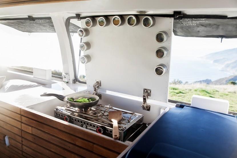 Creó una habitación-estudio para vivir y trabajar en cualquier lugar del mundo- cocina