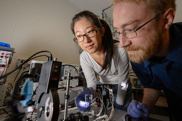 Paneles-solares-transparentes-investigadores