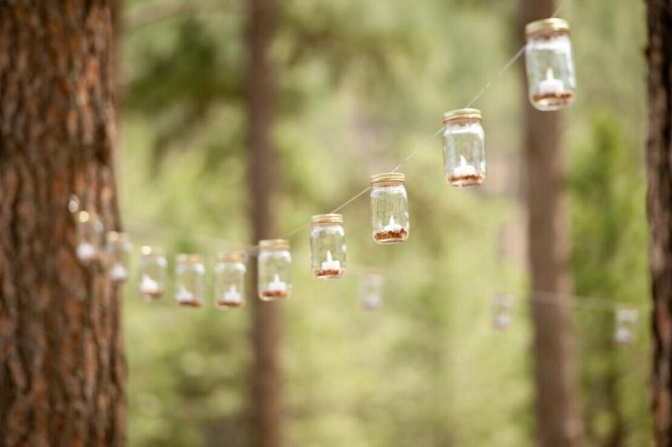 Ideas para decorar tus velas navideñas - velas en frascos de vidrio colgantes