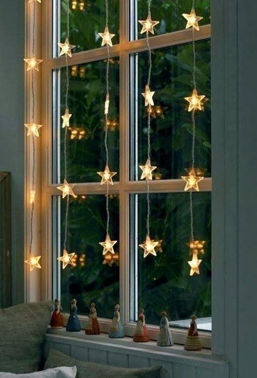 Ventana y luces de navidad